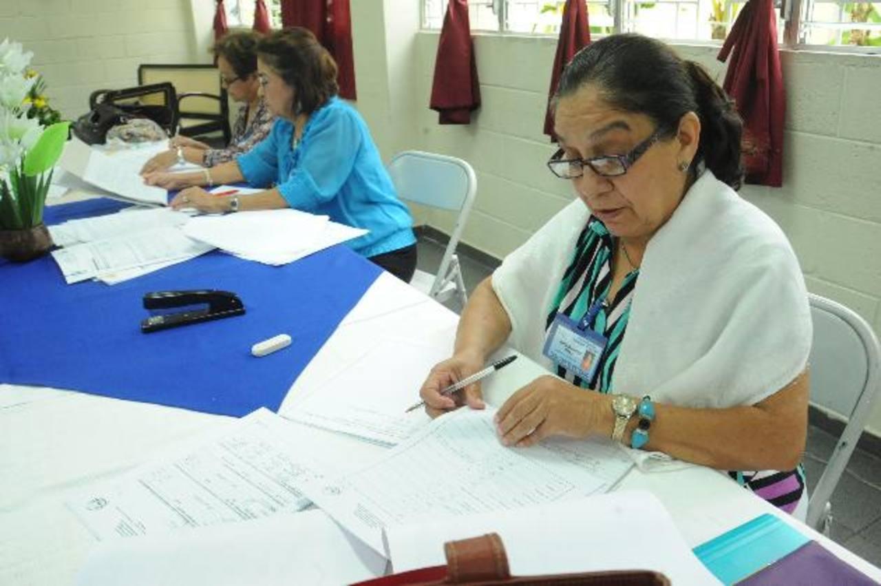 Pares evaluadoras en plena actividad de revisión de documentos en el colegio Marie Paul.