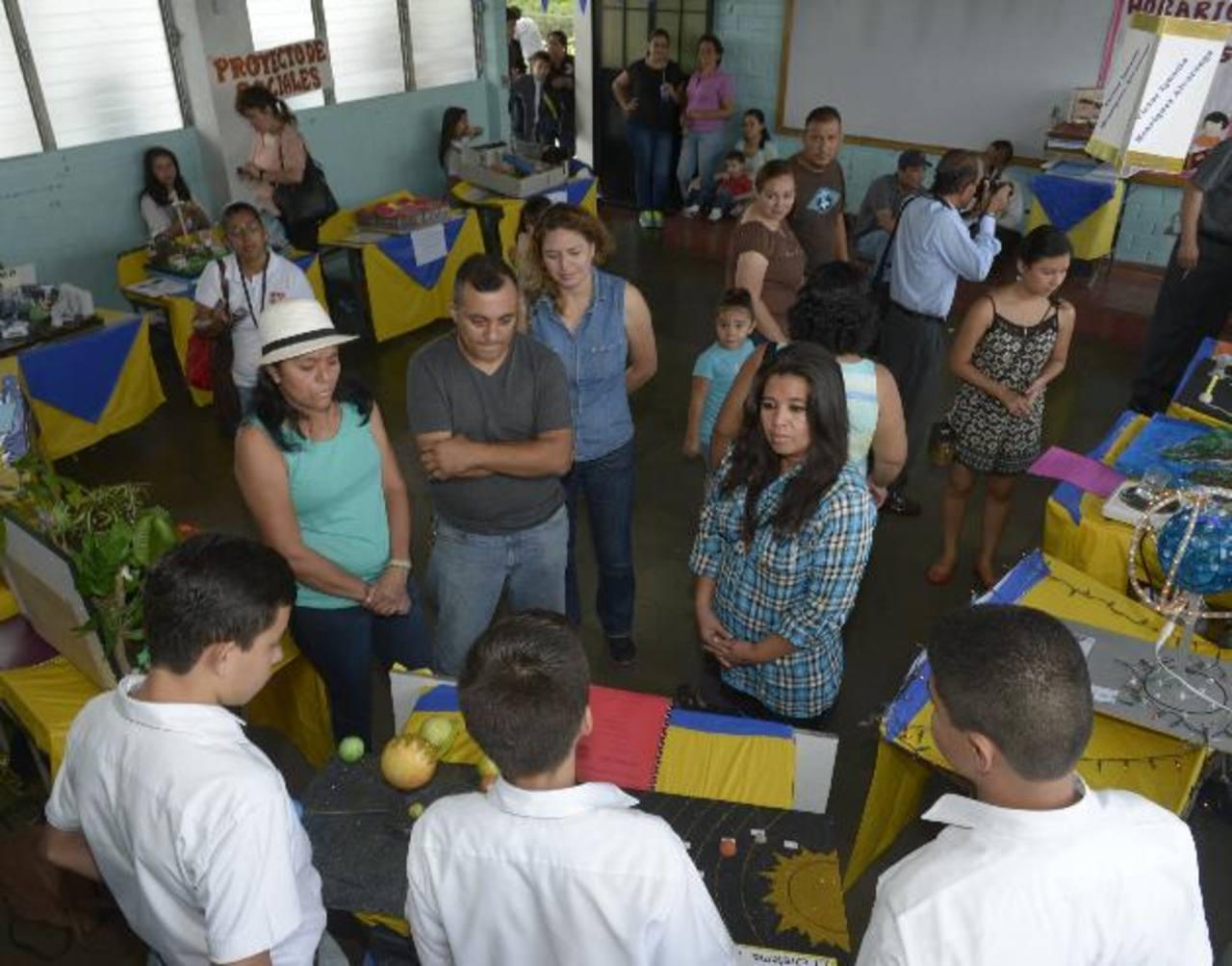 Los estudiantes desde primero a noveno grado presentaron sus proyectos científicos a padres de familia. foto edh / René estrada