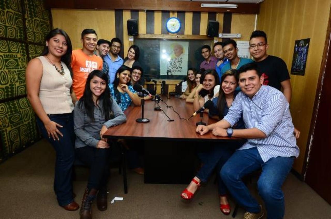 El staff del programa invita a su audiencia a festejar con ellos. Fotos EDH / Ericka Chávez