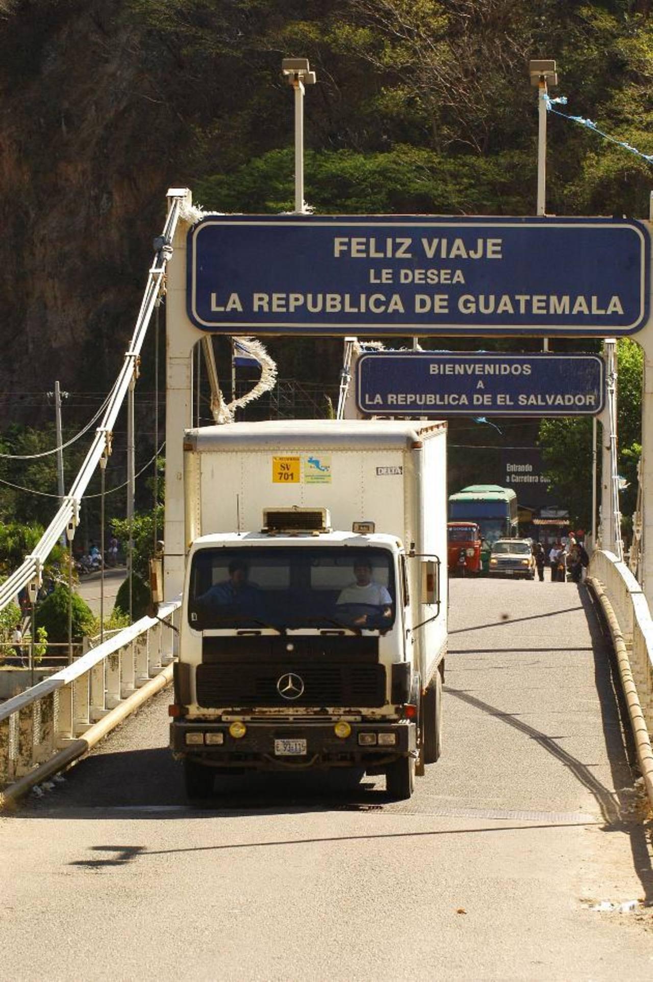 El paso de los vehículos de carga, por las fronteras, se dificultará el fin de semana.