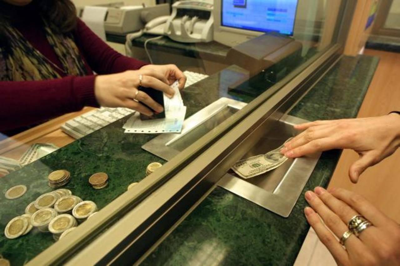 Las nuevas medidas fiscales están complicando los trámites bancarios. Foto EDH / archivo