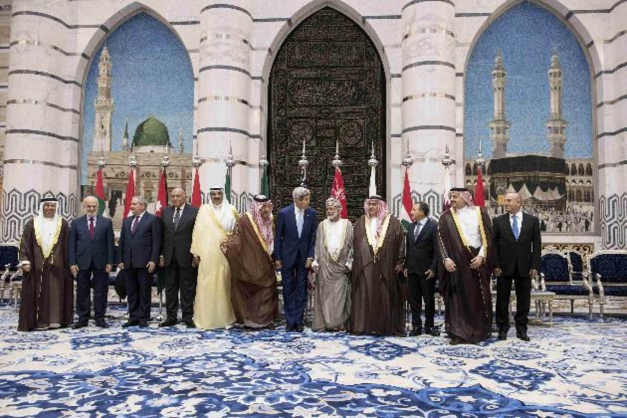 John Kerry junto a sus homólogos árabes ayer, tras la cumbre del Consejo de Cooperación del Golfo en Yeda. foto edh / Reuters