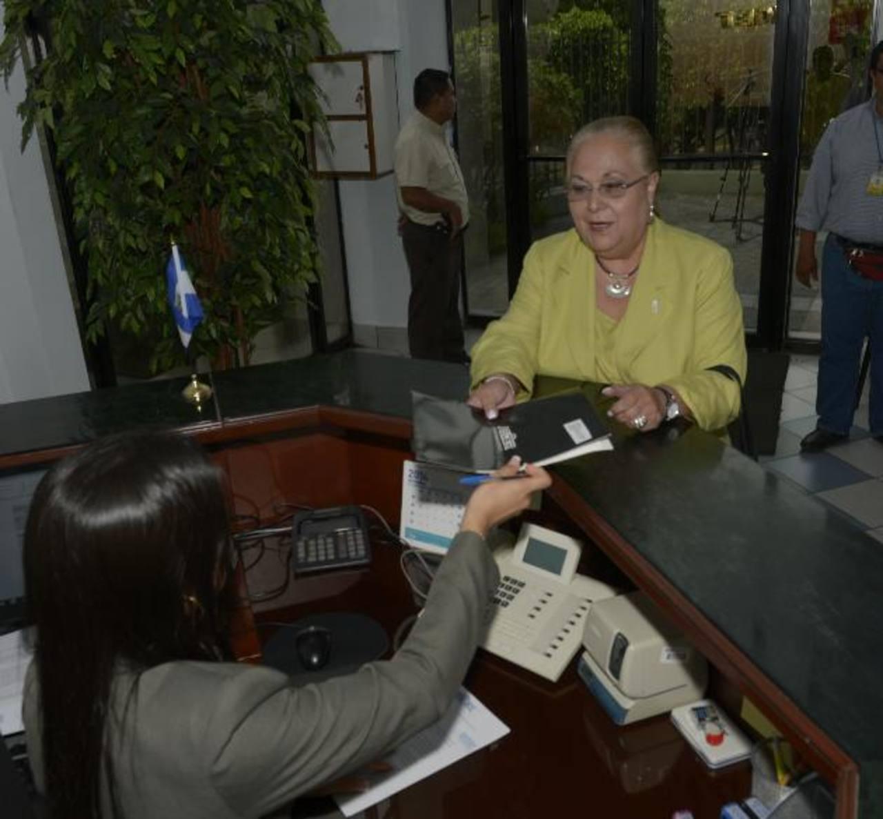 La representante de Asder llegó a la Siget a presentar un aviso para agilizar el cambio de canal. Foto EDH / rené estrada.