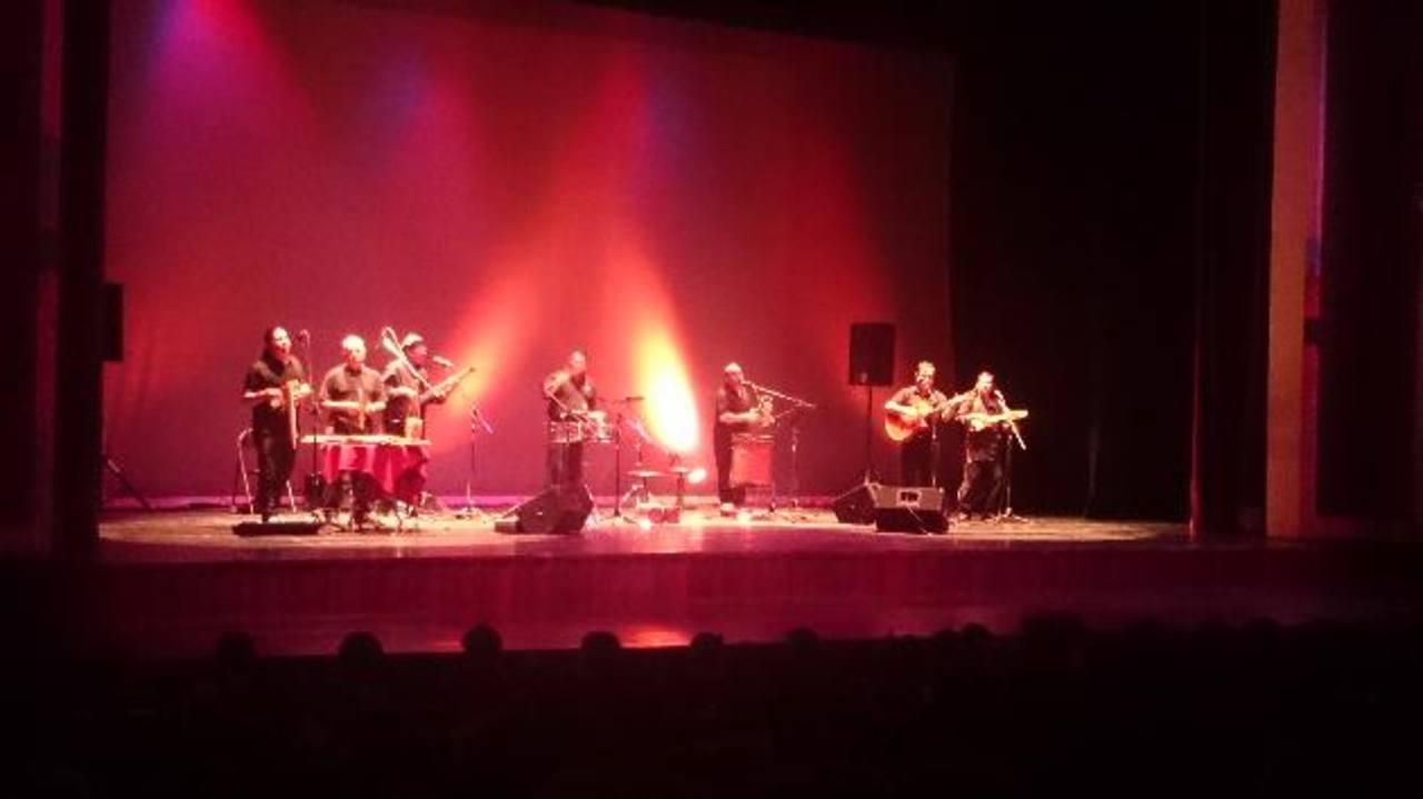El grupo interpretó varias piezas clásicas y latinoamericana con los instrumentos tradicionales de varias regiones de Latinoamérica en el Teatro Nacional.