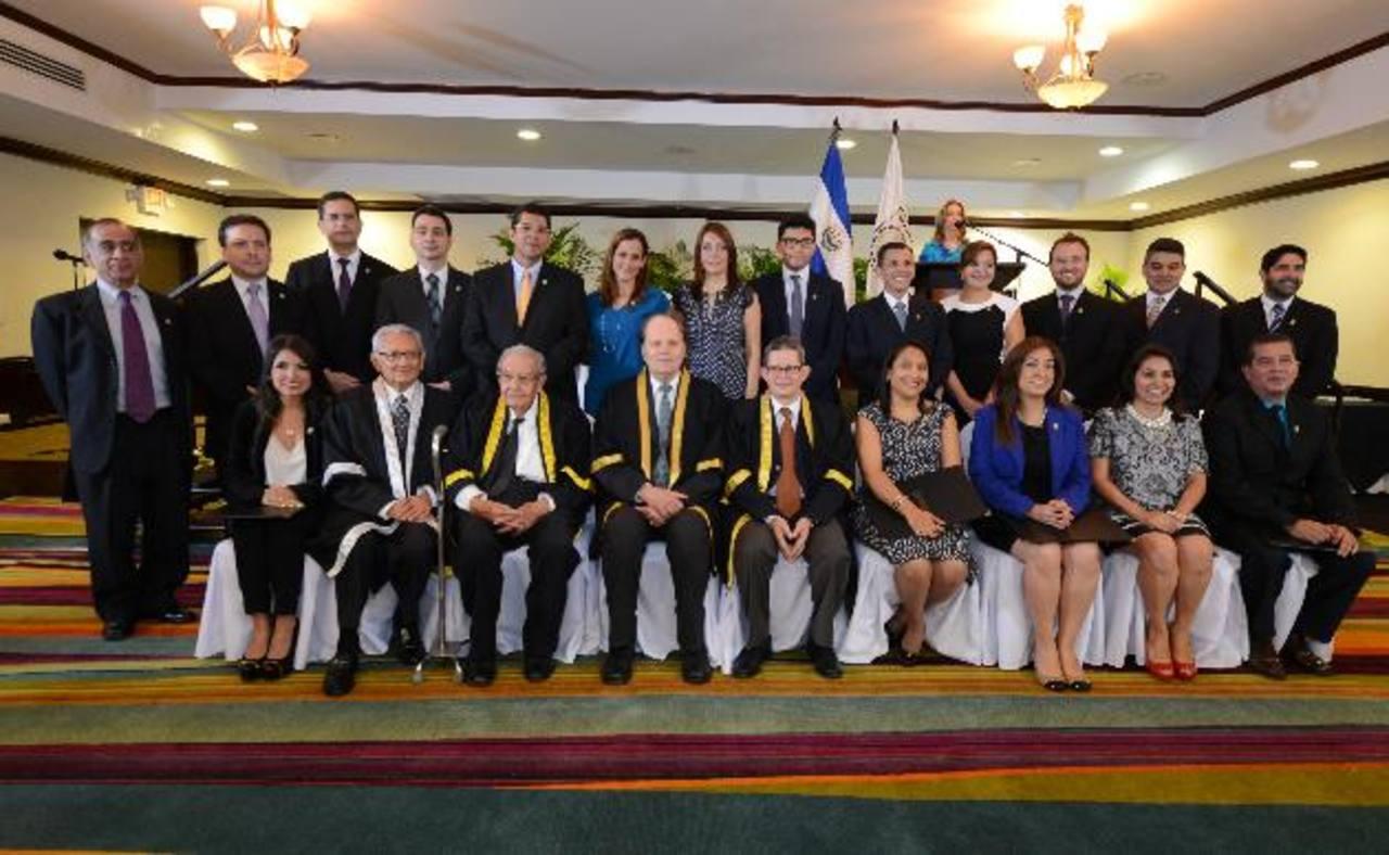 Los 19 profesionales recibieron el galardón de manos de las autoridades principales de la universidad José Matías Delgado (UJMD). foto edh / Mauricio Cáceres