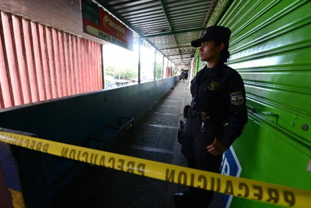 Pasillo del Edificio 4 del Mercado Central, donde ayer mataron a dos supuestos extorsionistas. Foto EDH / Mauricio Cáceres