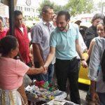 El candidato a la alcaldía capitalina del FMLN, Nayib Bukele, visitaba por primera vez el parque Hula Hula. foto edh / twitter