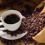 El café contiene entre 10 y 12 % de cafeína, sustancia también presente en gaseosas y bebidas energizantes.