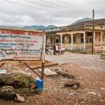 Un letrero frente al Hospital Lumley, donde el médico Olivet Buck trabajó antes de contraer el virus del ébola y fallecer el sábado de la enfermedad.