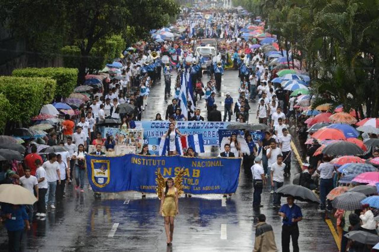 Bajo la lluvia, con sombrillas y capas centenares de familias llegaron a apreciar los tradicionales desfiles que recorrieron las principales calles de la capital. foto edh / rené quintanila.