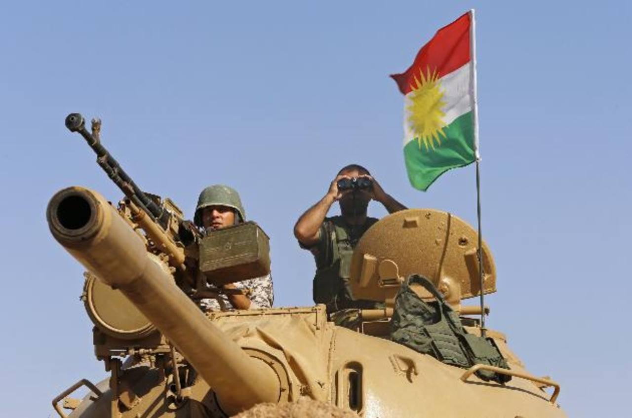 Combatientes iraquíes vigilan a los yihadistas del Estado Islámico en las afuera de Mosul, Iraq. foto edh / reuters