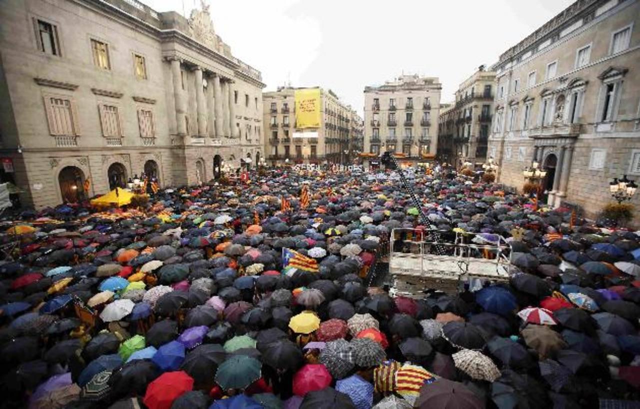 Catalanes partidarios de la independencia protestaron ayer contra el Tribunal Constitucional español en Barcelona. reuters
