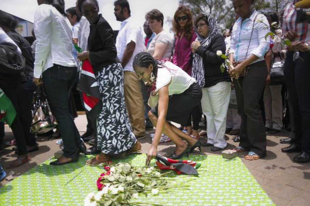 Familiares de las víctimas, sobrevivientes y los dueños de las tiendas se reunieron fuera del centro comercial de Nairobi para encender velas y dejar flores en memoria de las personas que perdieron la vida hace exactamente un año.