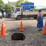 Vecinos dicen es urgente que se atienda a la mayor brevedad el problema, para evitar daños en la calle y en la salud de la población. Foto EDH / insy mendoza.