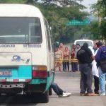 Autoridades inspeccionan el homicidio cometido al interior de un microbús de la ruta A-1.