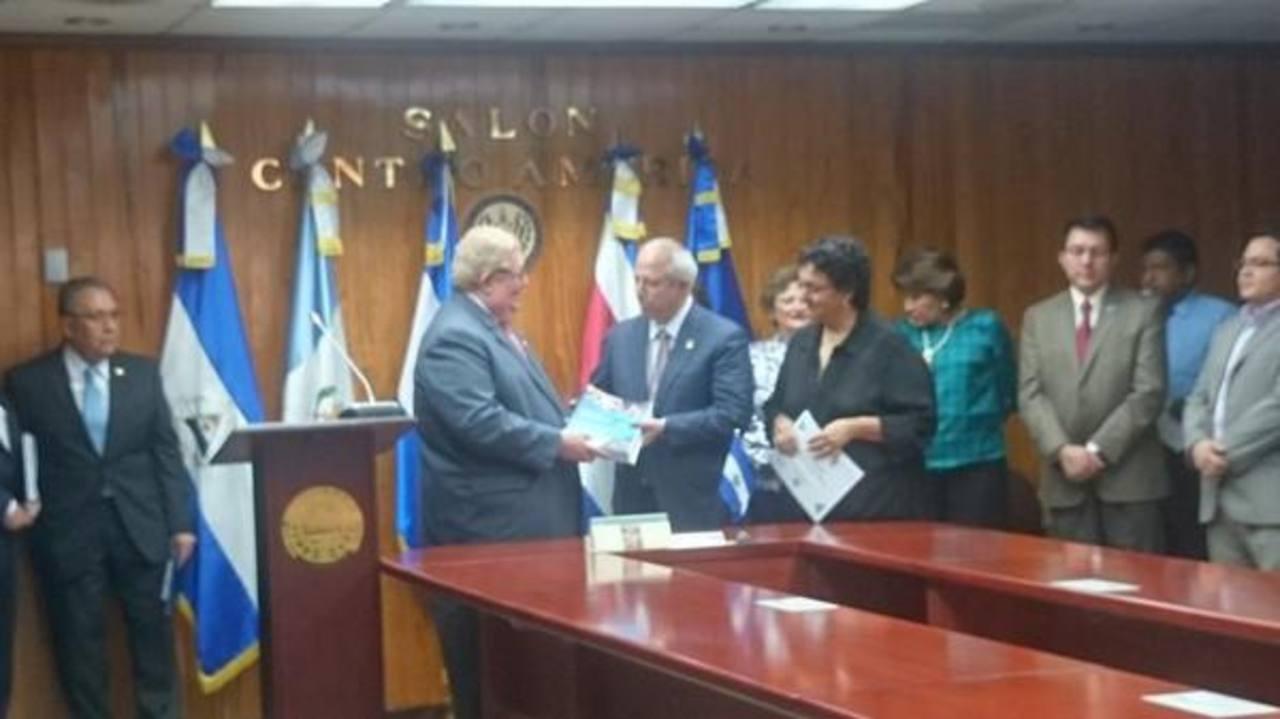 Ministro de Hacienda entrega presupuesto de la nación 2015 a presidente de Asamblea.