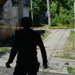 Un policía recolecta evidencias en la calle Sihuatán de la colonia Popotlán I, de Apopa, donde ayer fue asesinado Julio Aníbal Juárez Menéndez. Foto EDH / Douglas Urquilla