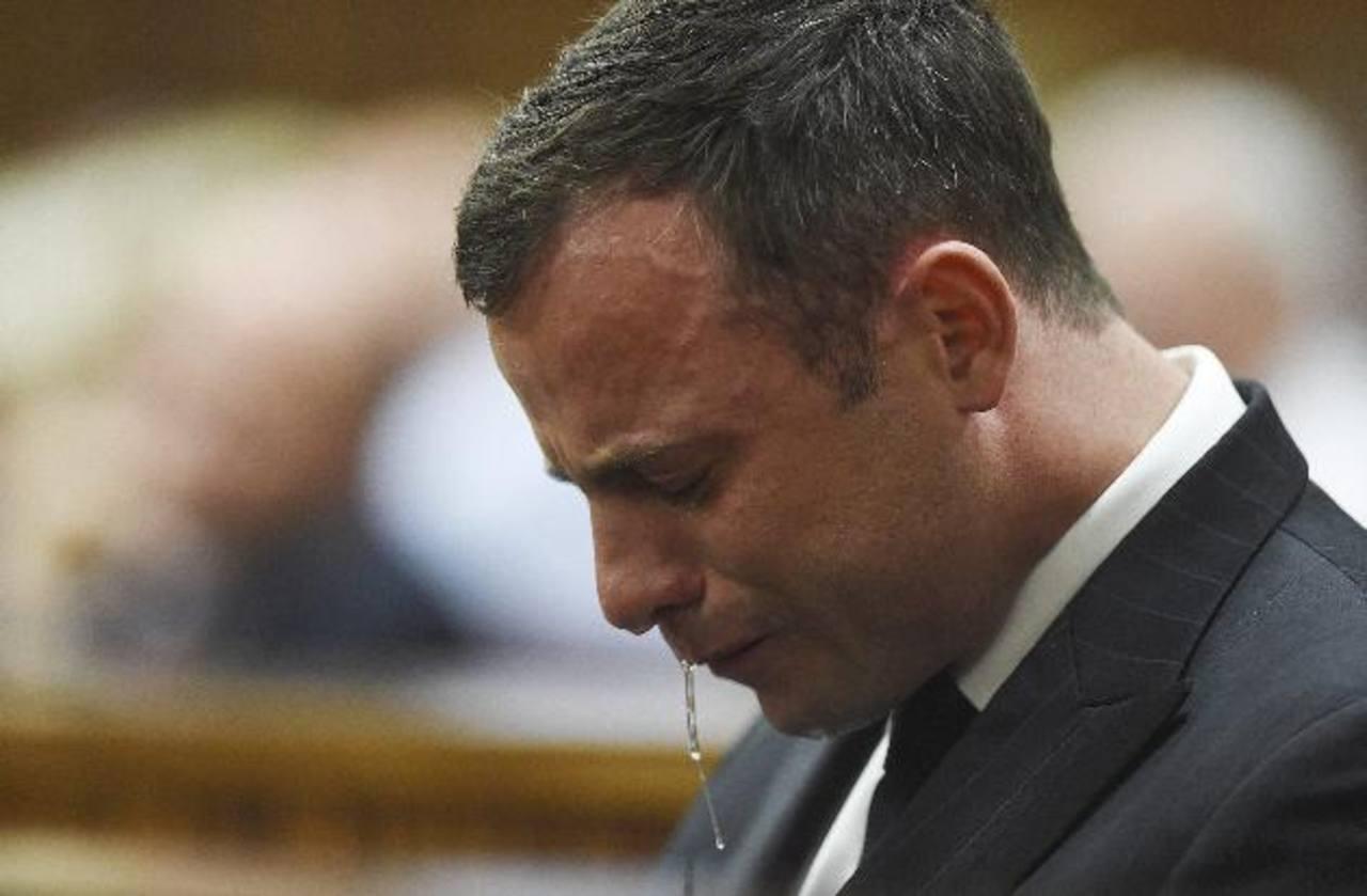 El atleta paralímpico Oscar Pistorius llora sentado en el banquillo del Tribunal Superior de Pretoria.