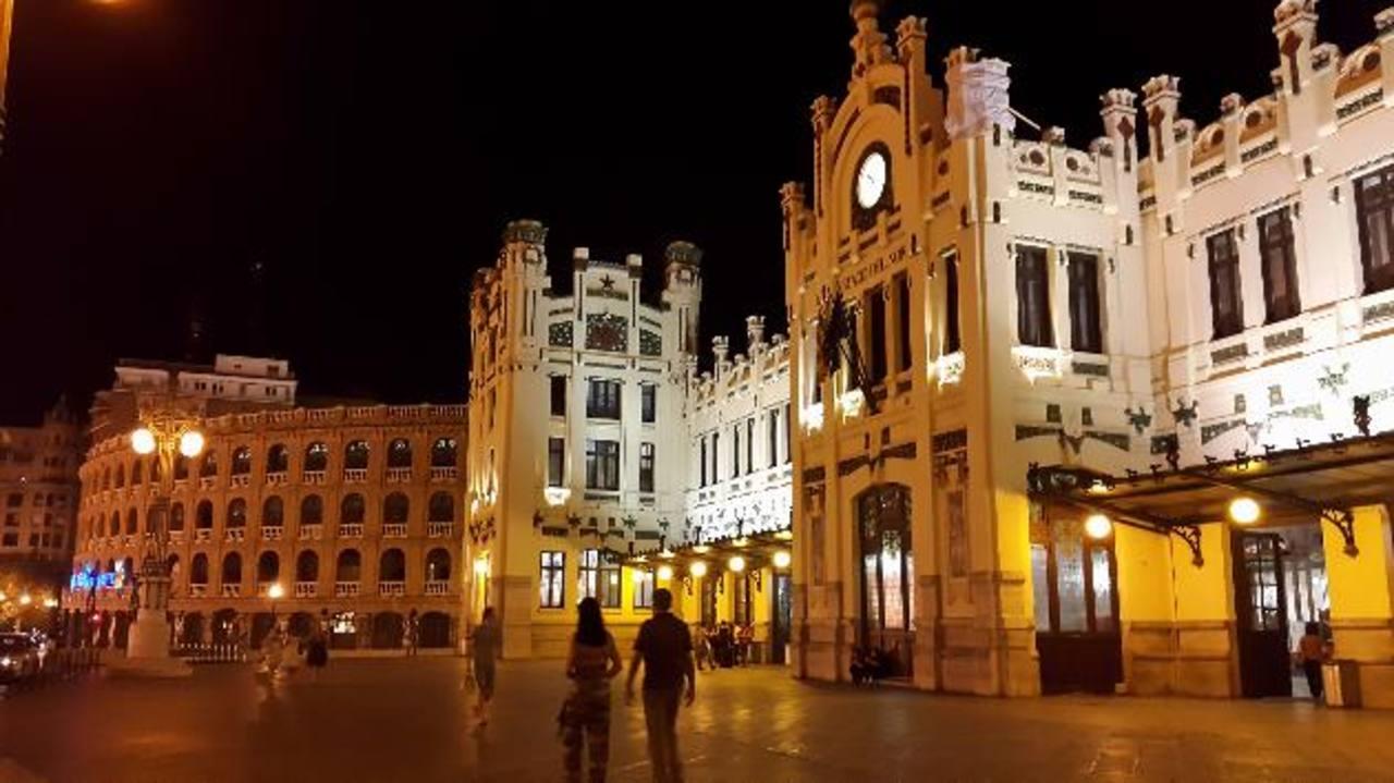 Imagen nocturna de la Estación del Norte, de donde parten trenes para varias ciudades de España.