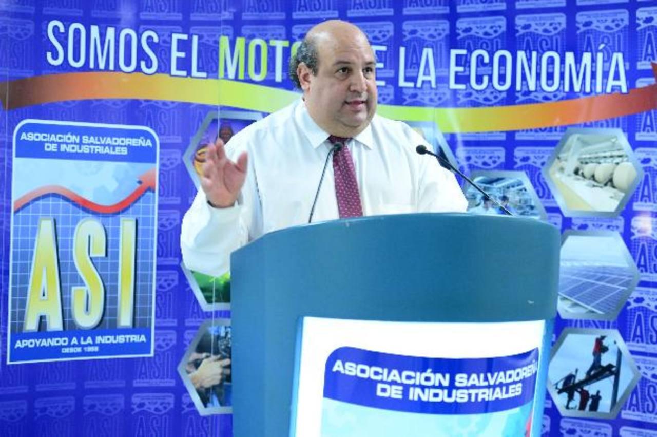 Jorge Arriaza, director ejecutivo de la ASI, señala que la baja en exportaciones es preocupante. Foto EDH /Jorge Reyes