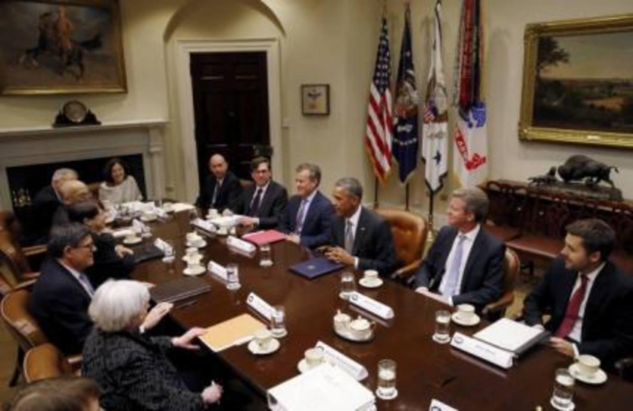 El Presidente Barack Obama reunido con sus consejeros financieros.