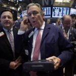 Wall Street retrocede, bajan aerolíneas y energía