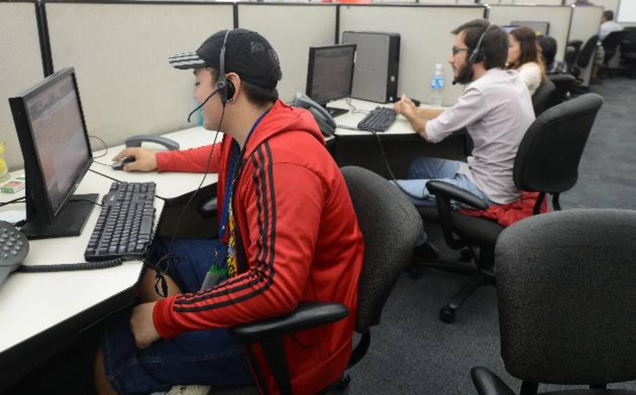 Empleados atienden llamadas en el centro de servicios de Convergys en San Salvador. La multinacional emplea a más de 2,500 personas en el país. Foto Expansión/Mauricio Cáceres.