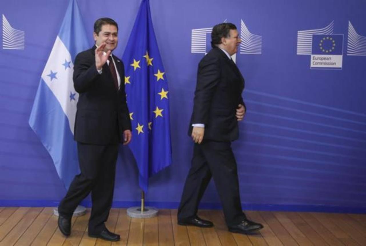 El presidente de la Comisión Europea, José Manuel Durao Barroso (dcha), con el presidente de Honduras, Juan Orlando Hernández Alvarado, en la sede de la Comisión en Bruselas (Bélgica).