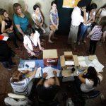 Uruguayos hacen fila para votar durante las elecciones nacionales.