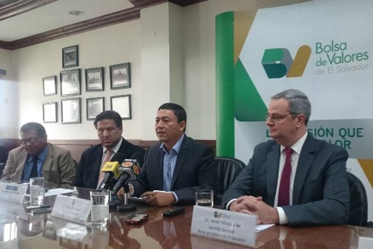 El edil Will Salgado y, a su izquierda, el gerente general de la Bolsa, Javier Mayora. Foto EDH