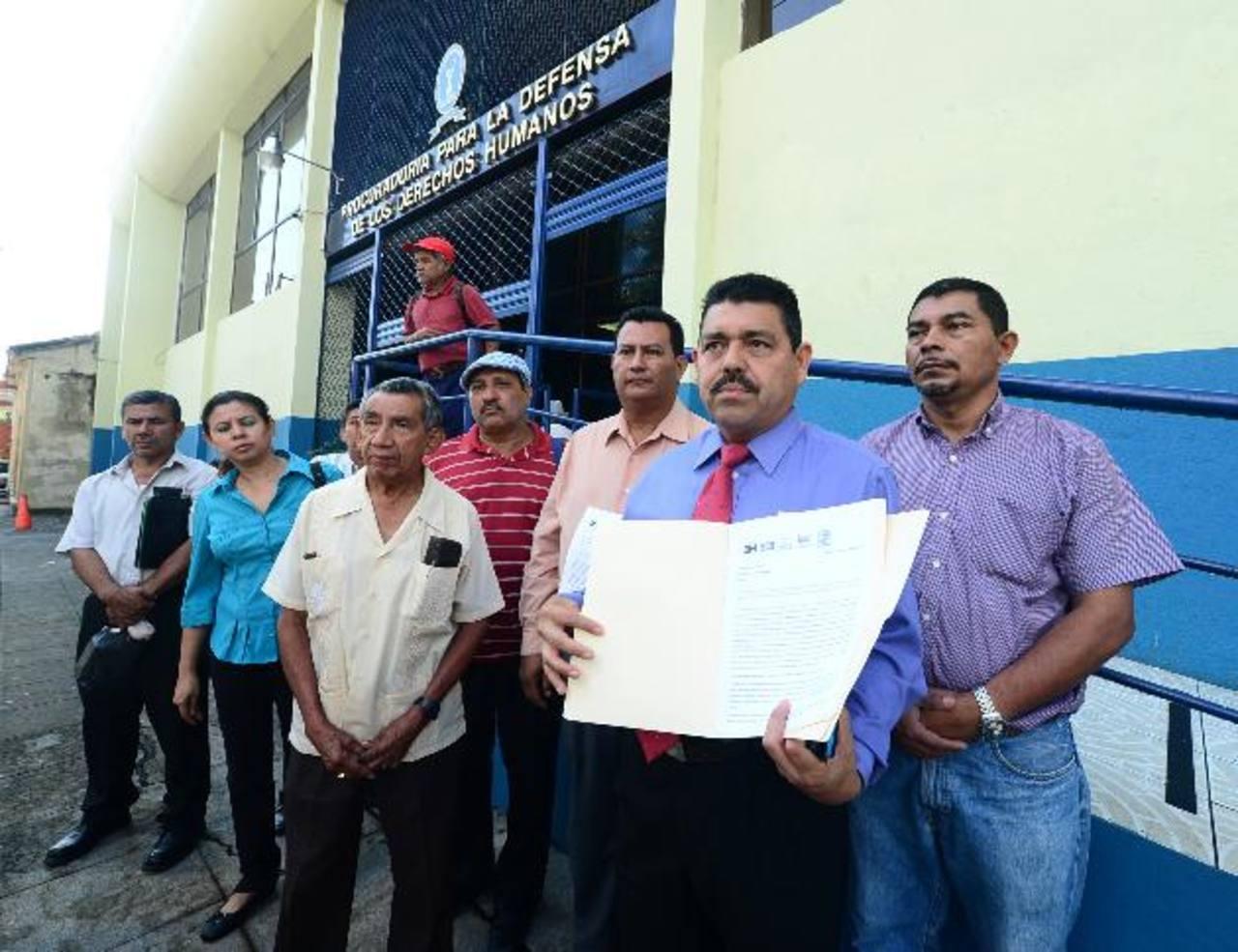 Dirigentes de Bases llegaron ayer por la mañana a la Procuraduría de Derechos Humanos. Foto EDH / Ericka Chávez.