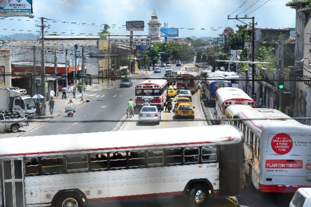 El transporte público utiliza los carriles del Sitramss pese a que el VMT lo prohibió. En los carriles solo pueden circular los automóviles particulares. FOTO EDH