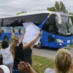 Un grupo de uruguayos dan la bienvenida a los sirios que llegan abordo de un bus a las afueras de Montevideo. foto edh /AP