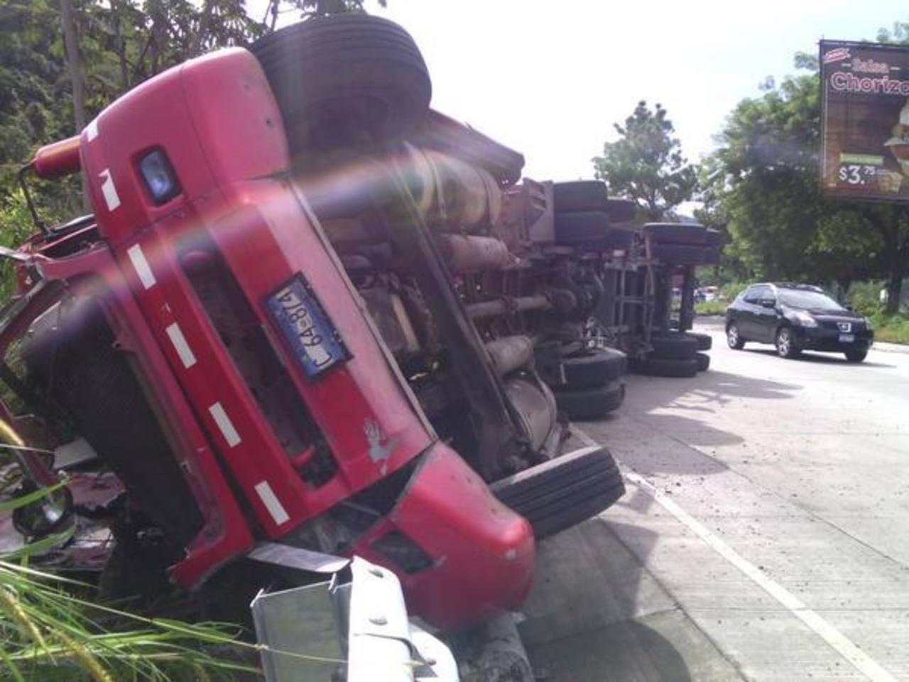 Furgón volcado causa congestionamiento en carretera Los Chorros
