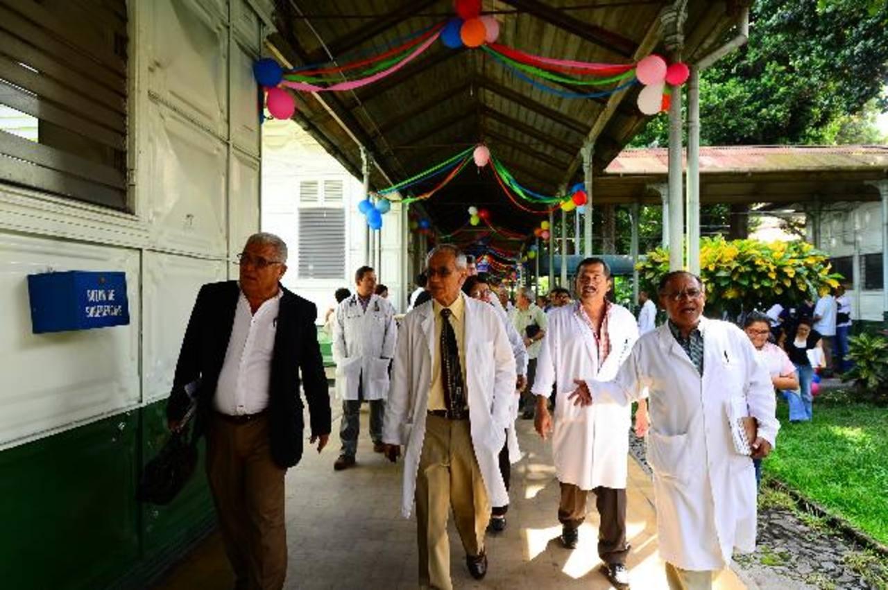 Especialistas del Rosales protestaron, ayer, en los pasillos del hospital Rosales. Foto EDH / Omar Carbonero