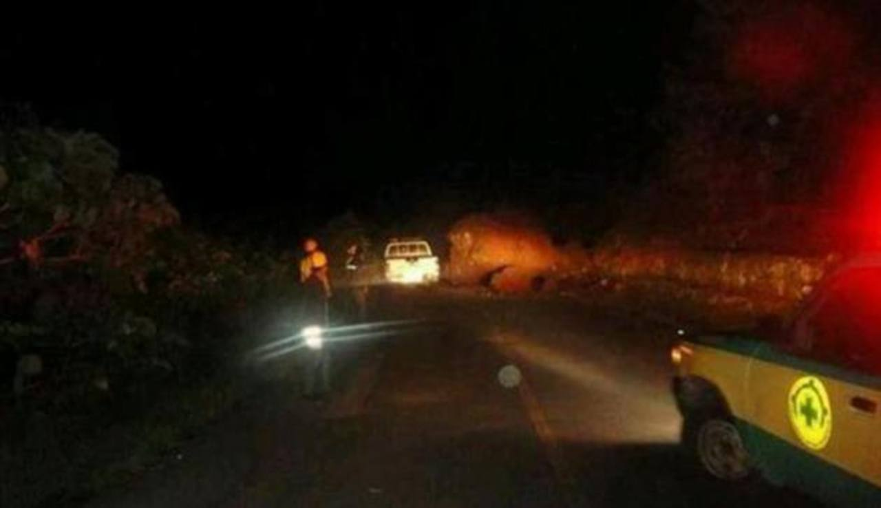 Grandes rocas obstruyeron el paso entre el municipio de Santiago de María hacia Alegría
