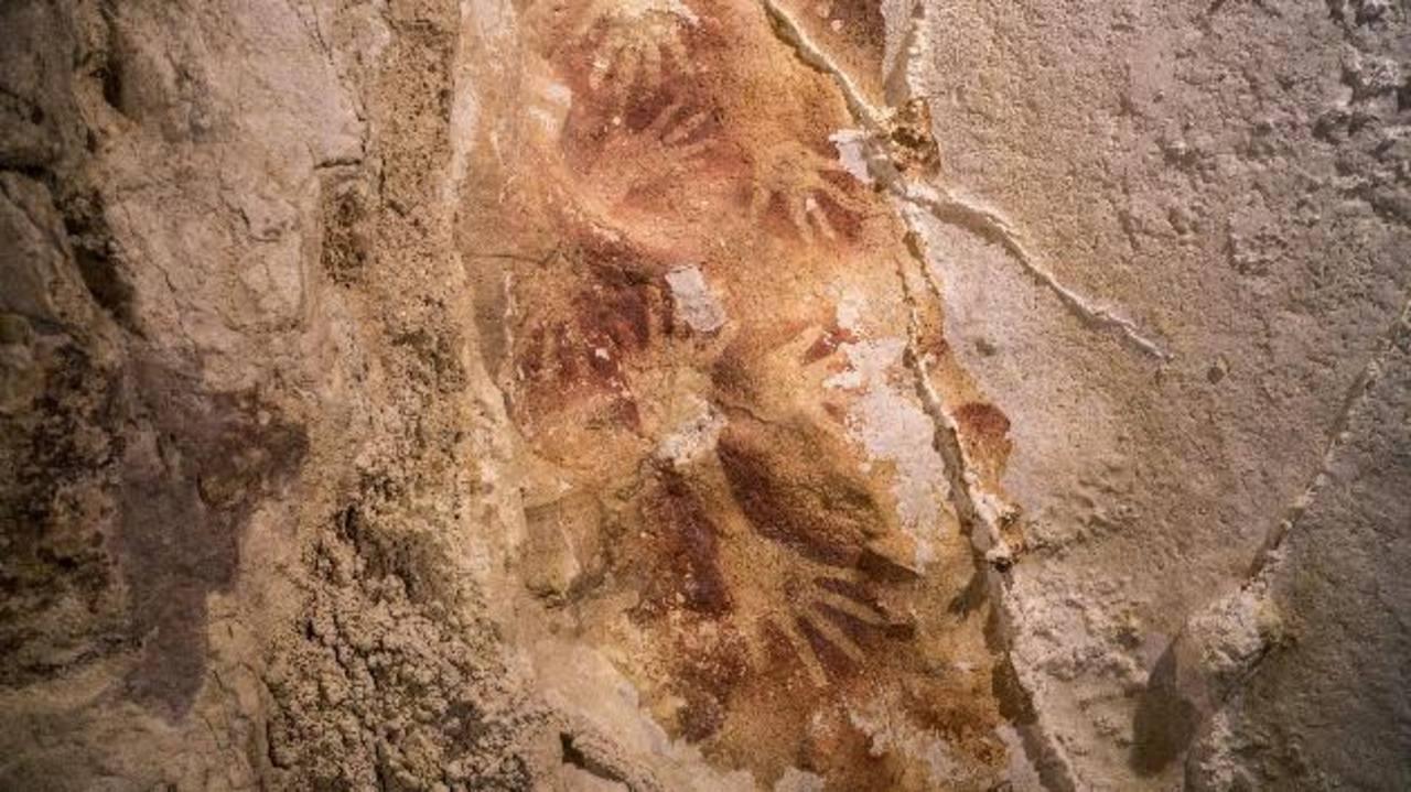 Fotografía facilitada por Nature de las pinturas prehistóricas de 39,900 años de antigüedad descubiertas en la isla de Célebes, Indonesia.
