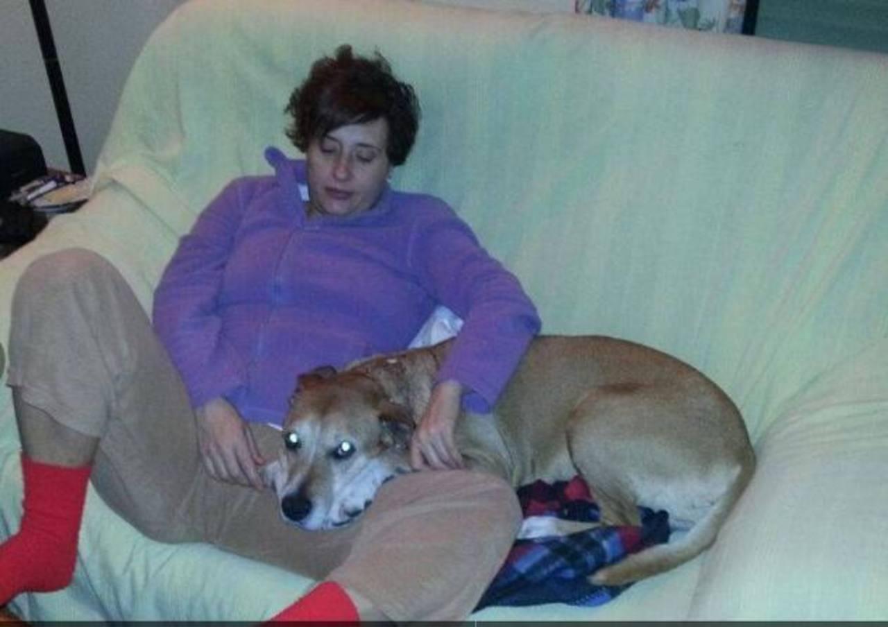 A la izquierda, Teresa Romero junto a su marido Javier, quien está en observación; a la derecha, la enfermera abraza a su perro Excálibur. FotoS TOMADAS DEL DIARIO español abc
