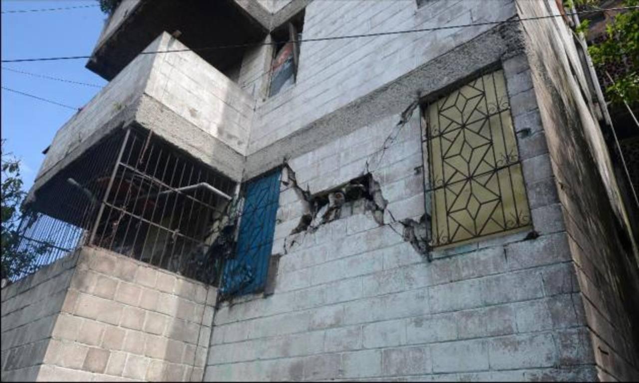 Los condominios Regis, en San Salvador, se encuentran entre las estructuras dañanadas