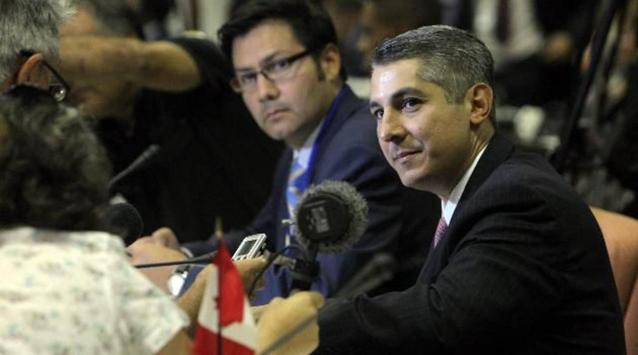 """Nelson Arboleda (d), director del Centro de Prevención de Control de Enfermedades de EE. UU., en la """"Reunión técnica de especialistas y directivos para la prevención del ébola"""", en La Habana, Cuba. foto edh / efe"""