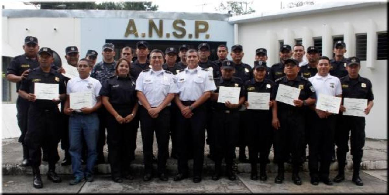 Este grupo de policías recibió un curso para convertirse en payasos, fue impartido en la Academia Nacional de Seguridad Pública (ANSP) y apoyará la Policía Comunitaria. Foto EDH