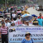 Profesores provenientes de varios puntos del país marcharon ayer por la mañana en San Salvador para pedir al gobierno que cumpla con la revisión salarial. Foto EDH / René Estrada