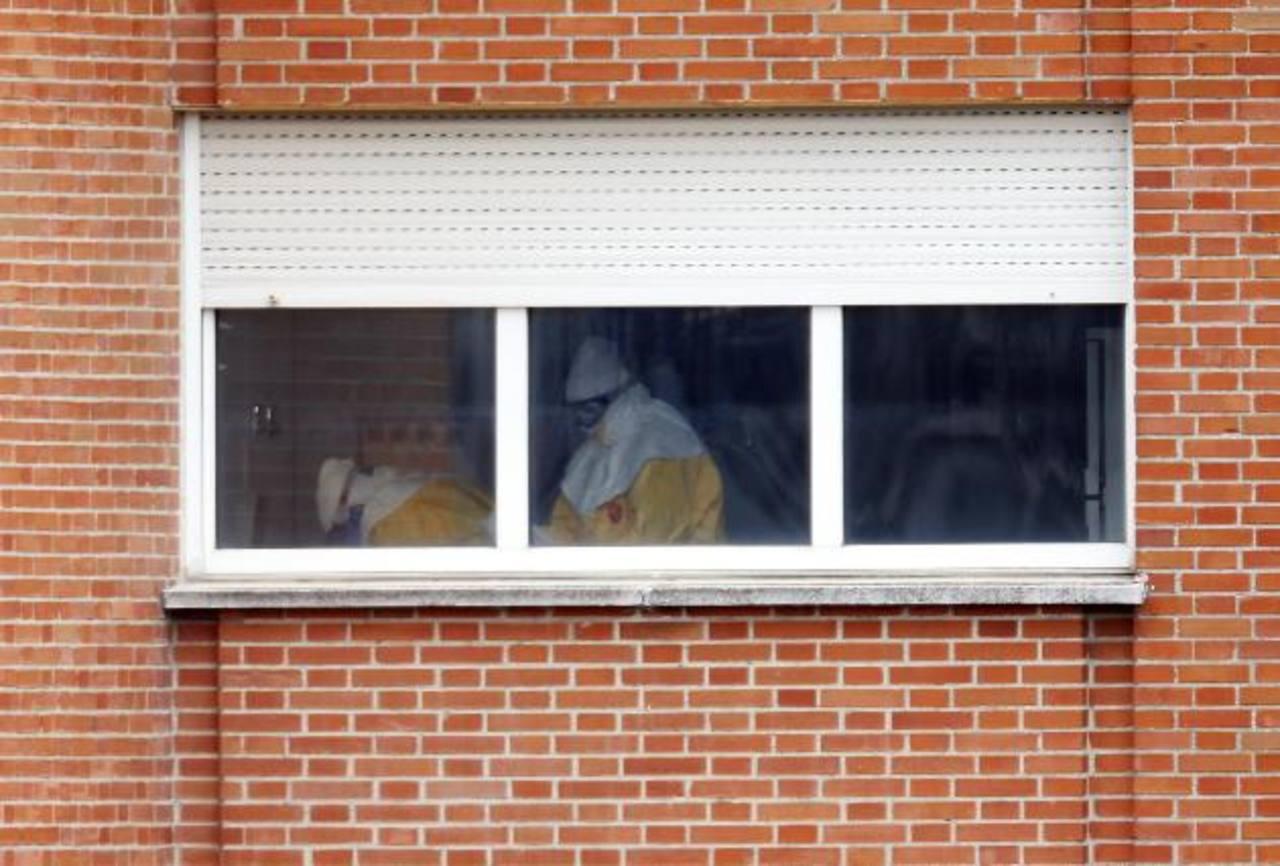 Trabajadores sanitarios en la habitación donde se encuentra la enfermera Teresa Romero, quien se recupera. foto edh