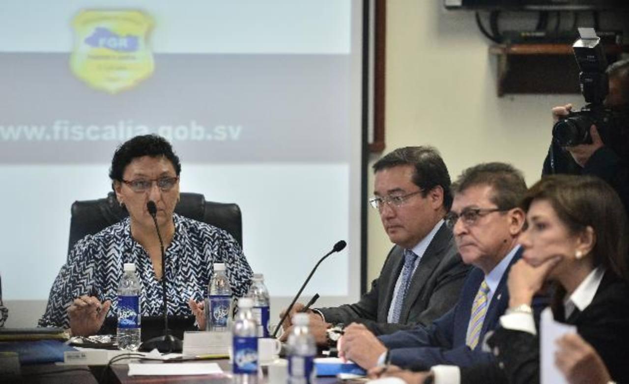 Lorena Peña, del FMLN (al centro), escuchó ayer al Fiscal General de la República, Luis Martínez (segundo de la izquierda), sobre presupuesto asignado para 2015. foto edh / rené quintanilla
