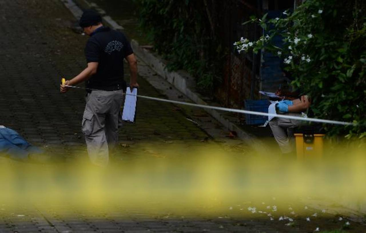Edwin Castro de 30 años fue asesinado ayer cerca de las 11 de la mañana en colonia Montecarlo, en Lourdes, Colón, La Libertad, en momentos en que vendía tamales. Foto EDH /Jaime Anaya.