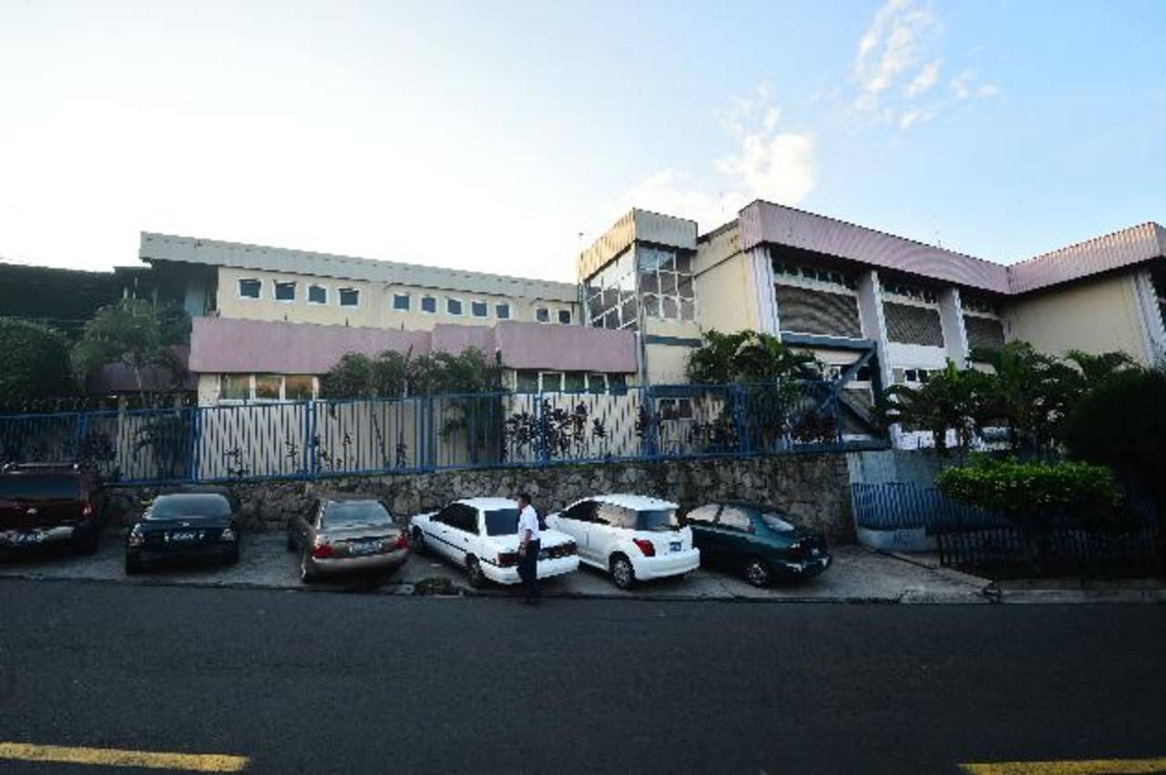 Fachada del hospital ISSS Lamatepec. Los empleados estacionan sus autos en la acera, porque pandilleros no permiten uso del estacionamiento anexo al mismo. Foto EDH / René Quintanilla.