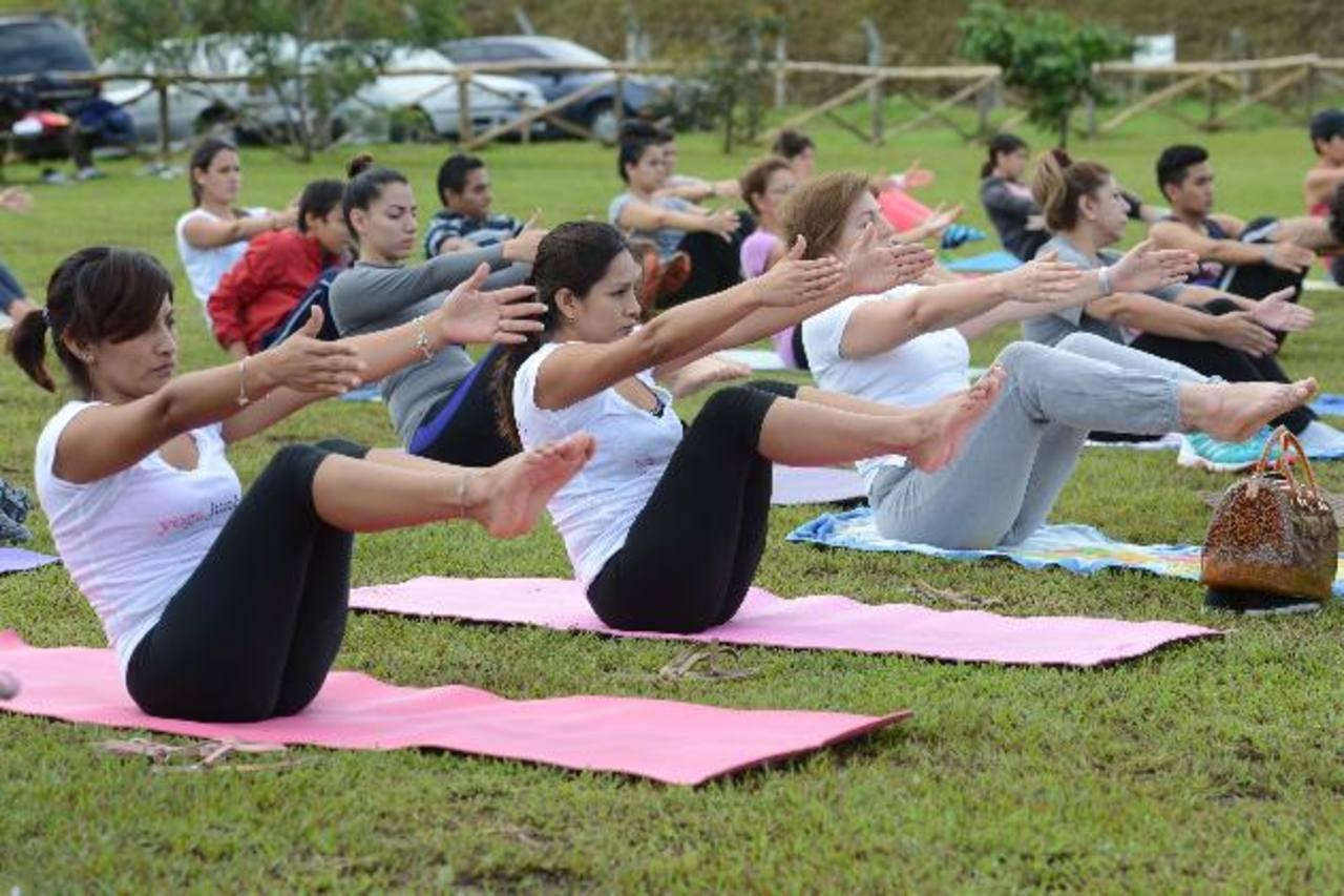 En la práctica también se pone a prueba la respiración, el equilibro y la flexibilidad. Foto EDH / MAURICIO CÁCERES