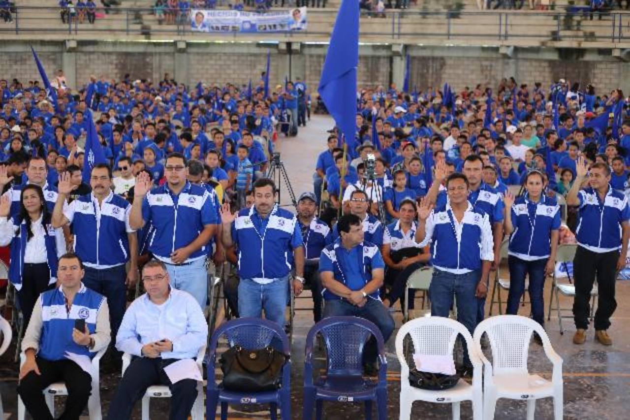 Candidatos a alcaldes por Sonsonate fueron juramentados por la dirigencia. foto edh / cortesía