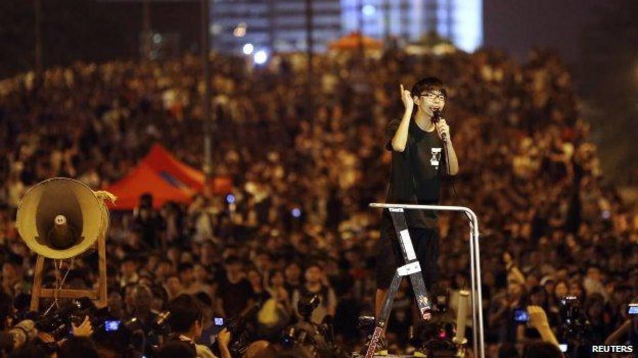 Joshua Wong arengando en las protestas masivas en Hong Kong para pedir democracia. foto edh /archivo