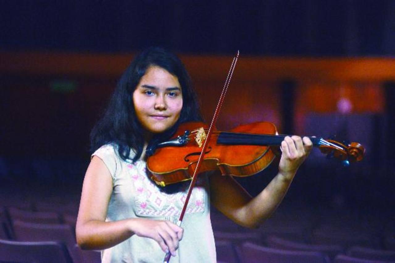 Al concluir su licenciatura, Gabriela quiere estudiar una maestría y volver a El Salvador para trabajar en la formación musical de niños y jóvenes que, como ella, anhelan triunfar. foTO EDH/MARIO AMAYA.